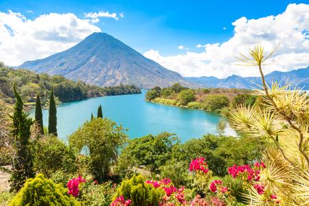 Foto de Beautiful bay of Lake Atitlan with view to Volcano San Pedro  in highlands of Guatemala, Central America - Imagen libre de derechos