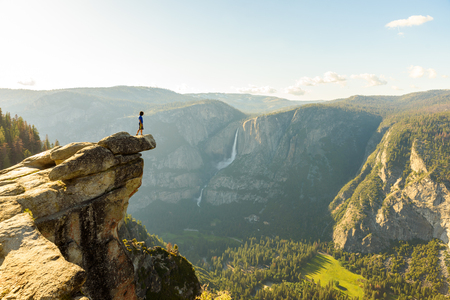 Foto de Hiker at the Glacier Point with View to Yosemite Falls and Valley in the Yosemite National Park, California, USA - Imagen libre de derechos