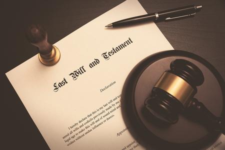 Photo pour Last Will and Testament concept. Fountain pen, gavel on desk - image libre de droit