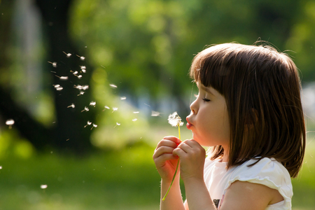 Photo pour Beautiful child with dandelion flower in spring park. Happy kid having fun outdoors. - image libre de droit