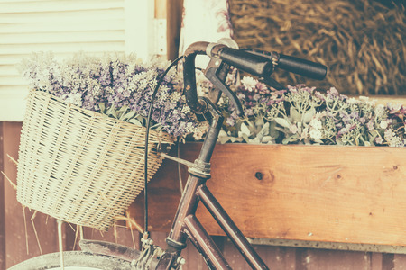 Photo pour Vintage bicycle with flower - vintage effect filter style pictures - image libre de droit