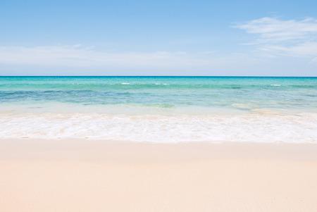 Photo pour Tropical summer beach and sea wave on blue sky background - image libre de droit