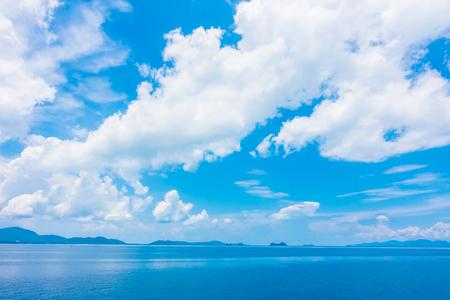 Foto de Beautiful sea and ocean with cloud on blue sky background - Imagen libre de derechos
