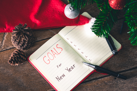 Photo pour New Year's goals with colorful decorations. New Year's goals are resolutions or promises that people make for the New Year to make their upcoming year better in some way - image libre de droit