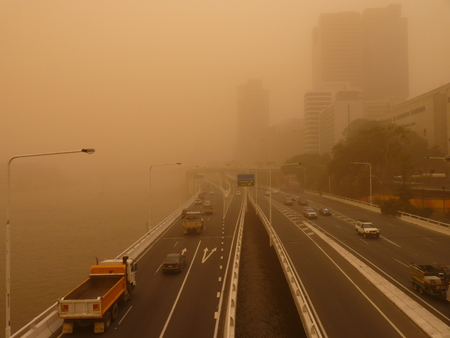 Photo pour Sandstorm in Brisbane Australia - View of Brisbane CBD and Brisbane River - image libre de droit