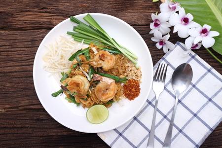 Photo pour Pad Thai stir-fried noodles with eggs, sea food , Thai food. - image libre de droit