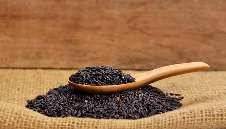 Foto de Thai black jasmine rice (Rice berry) - Imagen libre de derechos