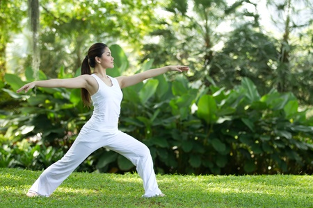 Photo pour Woman in white Performing yoga in natural setting - image libre de droit