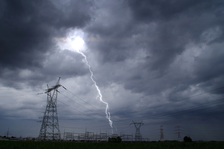 Photo pour Lightning storm on electric tower. Dramatic sky and thunderstorm over energy station. - image libre de droit
