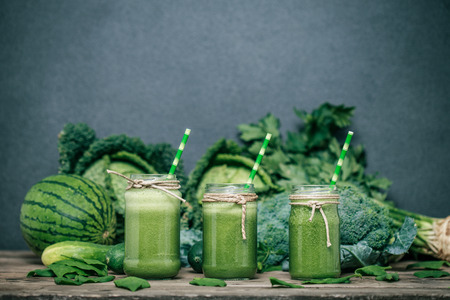 Photo pour Blended green smoothie with ingredients on wooden table - image libre de droit