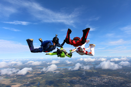 Photo pour Four skydiver are training in the sky. - image libre de droit