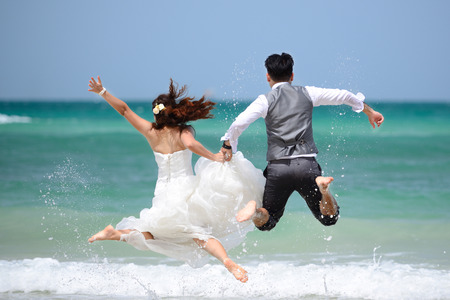 Photo pour happy just married young couple celebrating and have fun at beautiful beach - image libre de droit