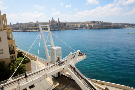 Foto de The white bridge in Sliema and view on Valleta, Malta - Imagen libre de derechos