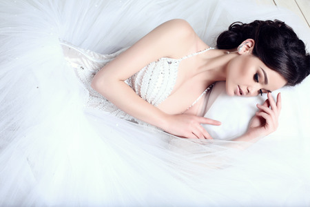Photo pour fashion studio photo of beautiful elegant bride with dark hair in luxurious wedding dress - image libre de droit