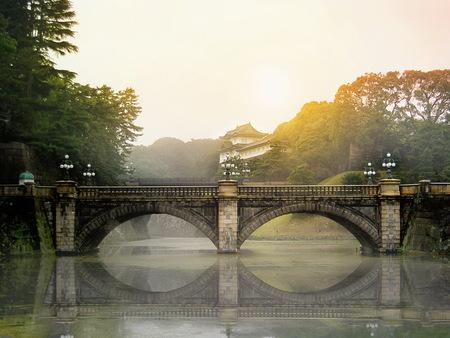 Photo pour Meganebashi Brigde  and Nijubashi brigde at Tokyo Imperial Palace on mooring shine. - image libre de droit