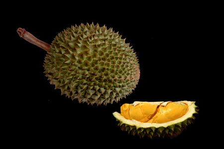 Photo pour Ready served of ripe Puangmanee Durian ,the most delicious duriran of Thailand ,is  in peel and peel off. - image libre de droit