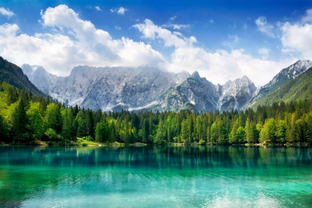 Foto de Beautiful landscape with turquoise lake, forest and mountains - Imagen libre de derechos