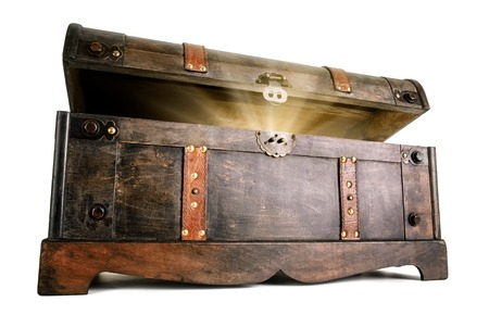 Photo pour Vintage treasure chest opens to reveal a luminous but hidden secret - image libre de droit