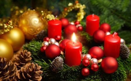 Photo pour Studio shot of a nice advent wreath with baubles and one burning red candle - image libre de droit