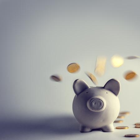 Photo pour pig money box with golden coins - image libre de droit