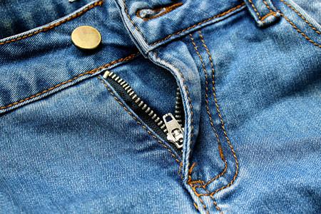 Foto de texture zipper golden open on blue jeans - Imagen libre de derechos