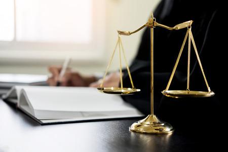 Foto de lawyer judge reading documents at desk in courtroom. - Imagen libre de derechos