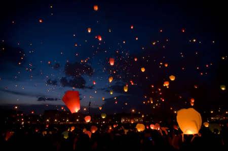Foto de Big sky lanterns flying on christmas festival - Imagen libre de derechos