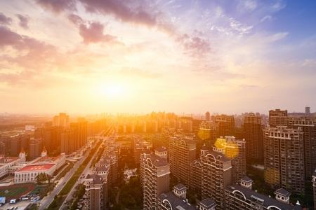 Photo pour Dramatic scenery sunset of the city center - image libre de droit