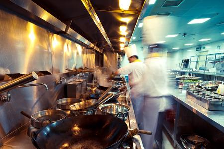 Foto de motion chefs in a restaurant kitchen - Imagen libre de derechos