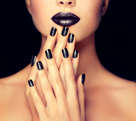 Photo pour Beautiful girl showing black manicure nails . makeup and cosmetics - image libre de droit