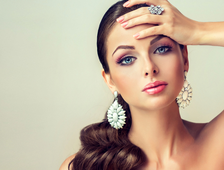 Photo pour fashion woman with jewelry set . girl with   fashionable jewelry , earrings  and ring . - image libre de droit