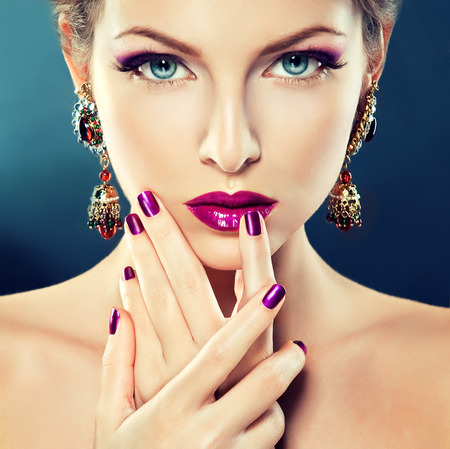 Photo pour Beautiful   girl model with fashion make-up and purple manicure on nails. Jewelry and cosmetics. - image libre de droit