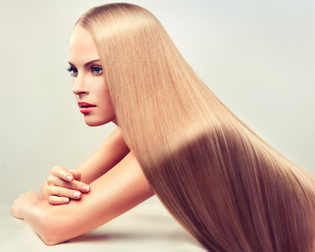 Photo pour Beautiful woman with long,  straight, healthy and shiny hair. - image libre de droit
