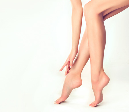 Photo pour Beautiful well-groomed female legs . Foot care . Epilation and depilation of hair on the feet . - image libre de droit
