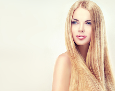 Foto de Young, blonde haired woman  with long, straight, healthy and shiny hair. Beautiful model with long, straight,  hairstyle, delicate make-up and  pale rose lipstick on the lips. - Imagen libre de derechos