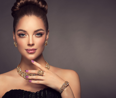 Foto de Magnificent lady in a perfect make up is shows jewelry set. - Imagen libre de derechos