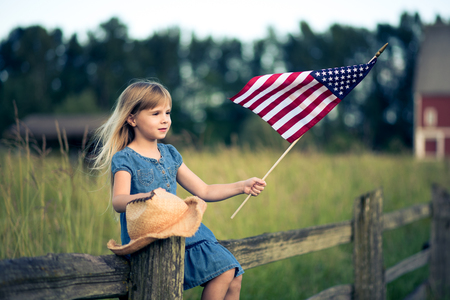 Foto de Little girl with American flag - Imagen libre de derechos
