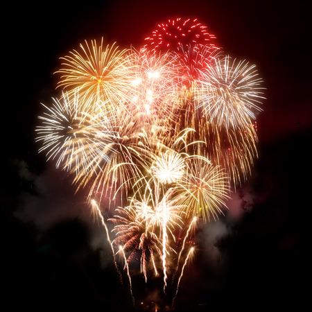 Photo pour A large golden celebration fireworks display. - image libre de droit