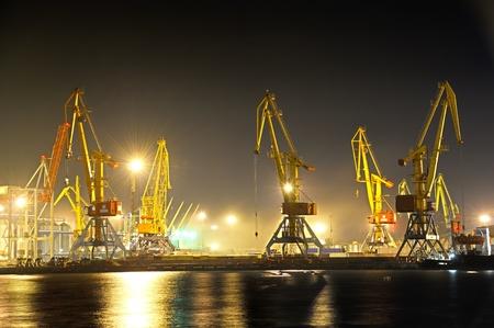 Photo pour the industrial port at night - image libre de droit