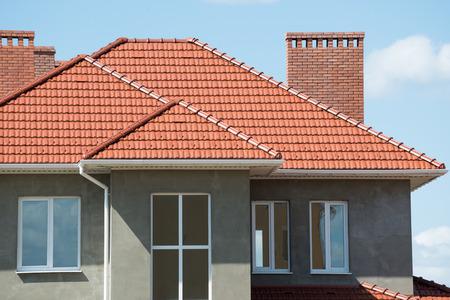 Foto de new home and roof - Imagen libre de derechos