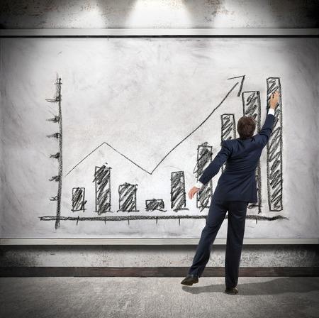 Photo pour Businessman shows economic growth - image libre de droit