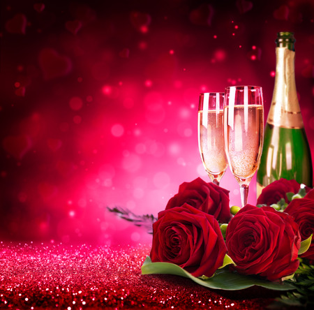 Photo pour sparkling valentine?s day with champagne and roses - image libre de droit