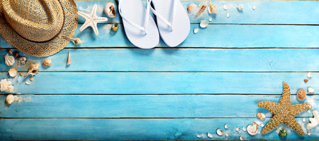 Foto de seashells on blue wooden plank with straw hat and flipflop - Imagen libre de derechos