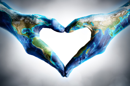Photo pour earth's day celebration - hands shaped heart with world map - image libre de droit
