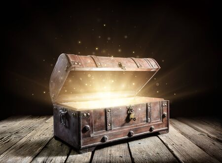 Photo pour Treasure Chest - Open Ancient Trunk With Glowing Magic Lights In The Dark - image libre de droit