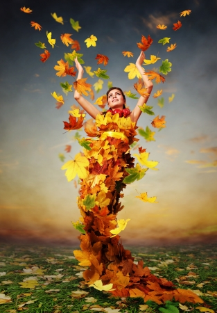 Photo pour Beautiful lady Autumn in the dress from yellow maple leaves - image libre de droit