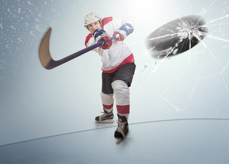 Foto de Ice hockey puck hit the opponent visor - Imagen libre de derechos