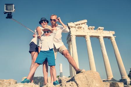 Photo pour Family take a selfie video on the antique colonnade view - image libre de droit