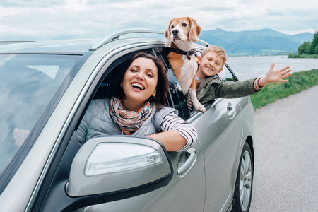Foto de Happy family look out from car windows - Imagen libre de derechos