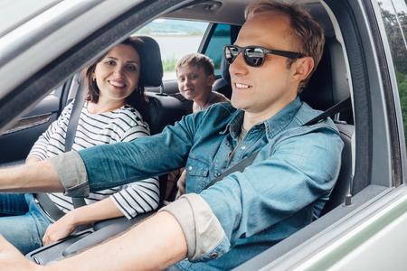 Photo pour Family into the car - image libre de droit